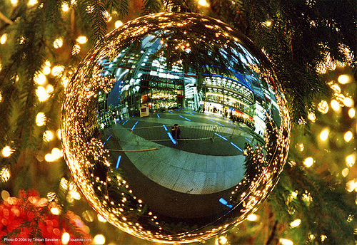 potsdamer-weihnachten - christbaumkugel (berlin), berlin, christbaumkugel, christmas ball, christmas bauble, christmas decoration, christmas ornament, potsdamer platz, reflection