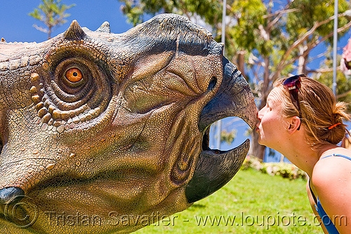 protoceratops dinosaur, ania, beak, dinosaur park, head, kiss, kissing, mouth, parque cretacico, parque cretácico, people, sucre, woman