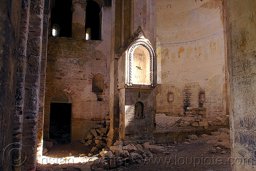 ray of sun hits an alcove in a georgian church ruin - otkhta monastery - Dört church - georgian church ruin (turkey), alcove, byzantine, dort church, dört kilise, georgian church ruins, orthodox christian, otkhta ecclesia, otkhta monastery, sun ray
