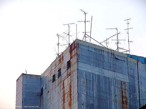 rusty building - TV antennas - bangkok - thailand, bangkok, rusted building, rusty, tv antennas, บางกอก, ประเทศไทย