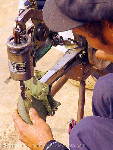 shoemaker fixing a shoe - 縫紉機 - 缝纫机 - Máy may công nghiệp - sewing machine - vietnam, crank sewing machine, fixing, hill tribes, indigenous, man, máy may công nghiệp, mèo vạc, repairing, shoe machine, shoemaker, vietnam, 縫紉機, 缝纫机