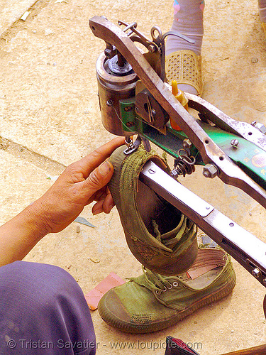 shoemaker repairing a shoe - 縫紉機 - 缝纫机 - Máy may công nghiệp - sewing machine - vietnam, crank sewing machine, fixing, hill tribes, indigenous, man, market, máy may công nghiệp, mèo vạc, repairing, shoe machine, shoemaker, 縫紉機, 缝纫机