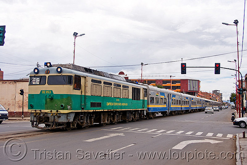train sharing street with cars - oruro (bolivia), cars, de 953, diesel electric, enfe, expreso del sur, fca, locomotive, oruro, railroad tracks, rails, railway tracks, street, traffic lights, train engine