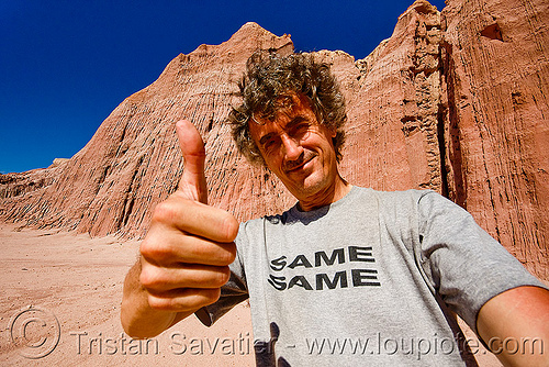 tristan savatier - quebrada de las conchas - cafayate (argentina), calchaquí valley, canyon, cliffs, man, noroeste argentino, quebrada de cafayate, quebrada de las conchas, rock, same same, self portrait, selfie, thumb up, tristan savatier, valles calchaquíes