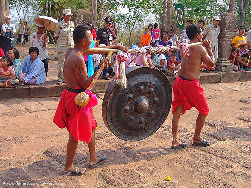 two men carrying large gong - ปราสาทหินพนมรุ้ง - phanom rung festival - thailand, people, ประเทศไทย, ปราสาทหินพนมรุ้ง
