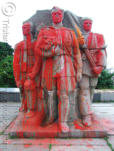 war monument - Видин - vidin - soviet monument vandalized with red paint (bulgaria), communist monument, military, red paint, soviet, vandalized, vdin, vidin, war memorial, българия, видин