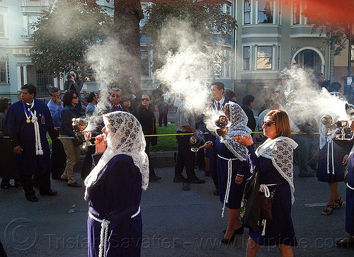 women holding thuribles - burning incense, crowd, incense, lace, lord of miracles, parade, peruvians, procesión, procession, religion, señor de los milagros, smoke, smoking, street, veiled, white veils, women